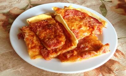 Пицца домашняя с колбасой фото на тарелке