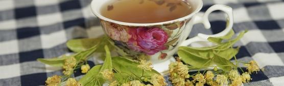 Липовый чай на столе в чашке